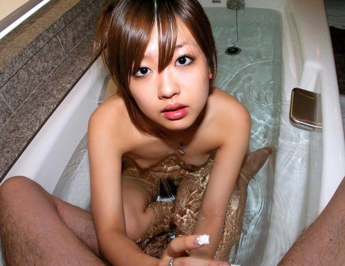 【手コキエロ画像】セックス前に無意識?のうちに女がしている愛撫といえばw 02