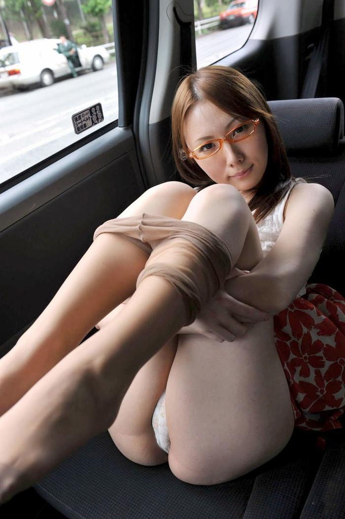 【車内エロ画像】車内で露出プレイやその上の行為まで!?密室の車内ならなんでもアリw 21