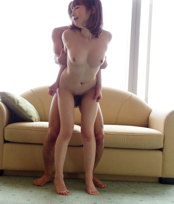 【立ちバックエロ画像】女の子は立ったままお尻を突き出すだけのお手軽セックスww 01