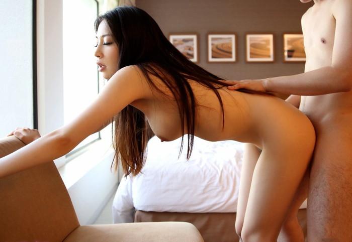 【立ちバックエロ画像】女の子は立ったままお尻を突き出すだけのお手軽セックスww 05