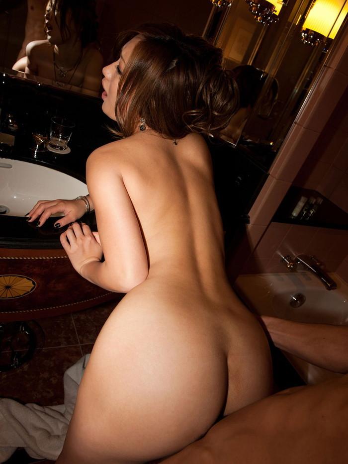 【立ちバックエロ画像】女の子は立ったままお尻を突き出すだけのお手軽セックスww 27